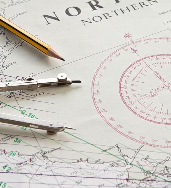 Seekarte mit Stift und Zirkel