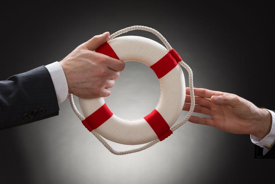 Zwei Hände übergeben einen Rettungsring